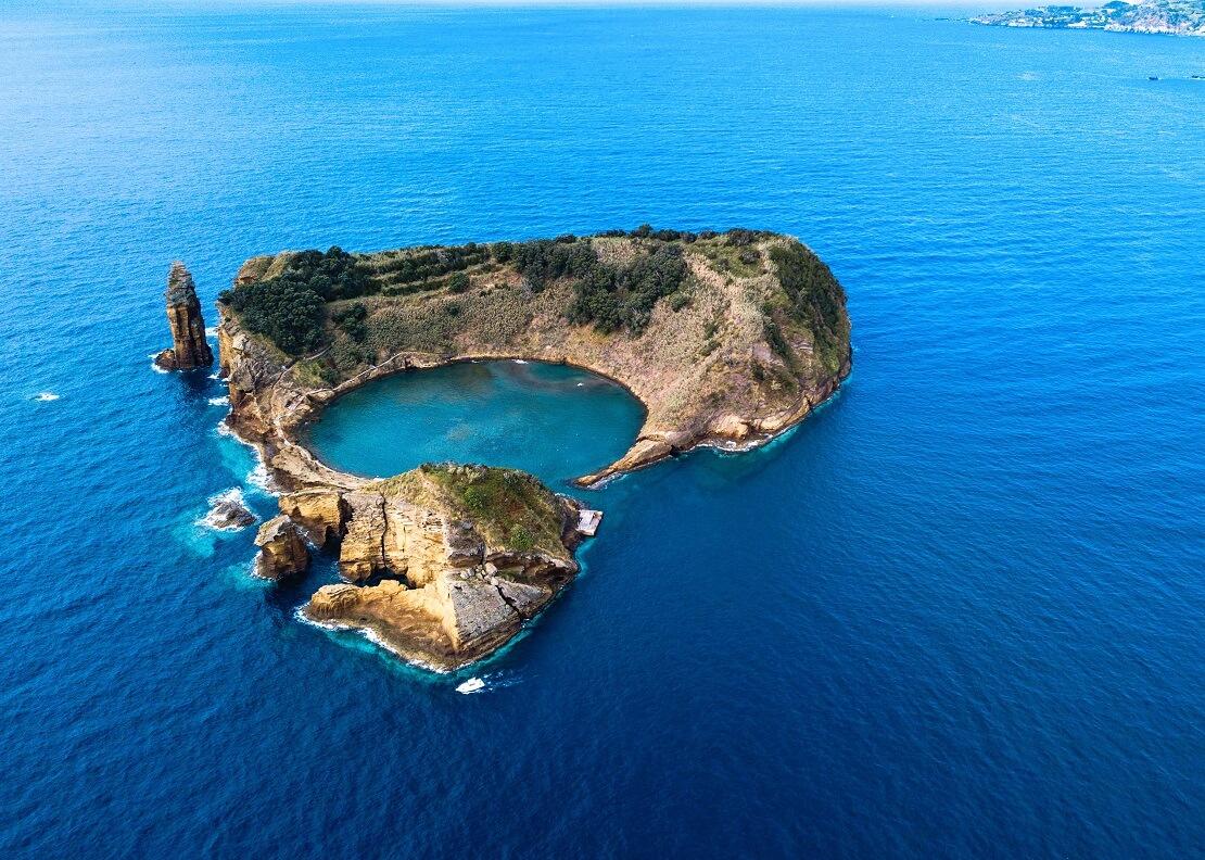 Eine Insel in der Mitte gefüllt und umgeben vom Ozean