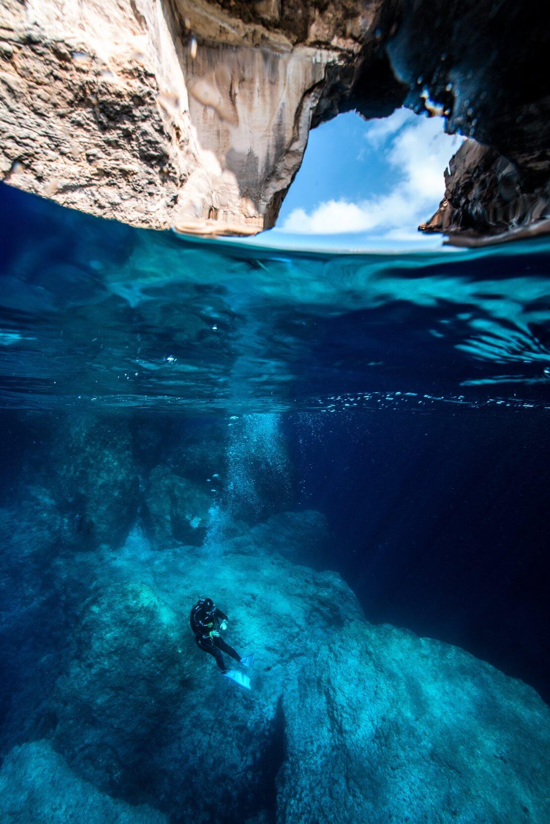 Taucher schwimmt im Blue Hole auf Malta