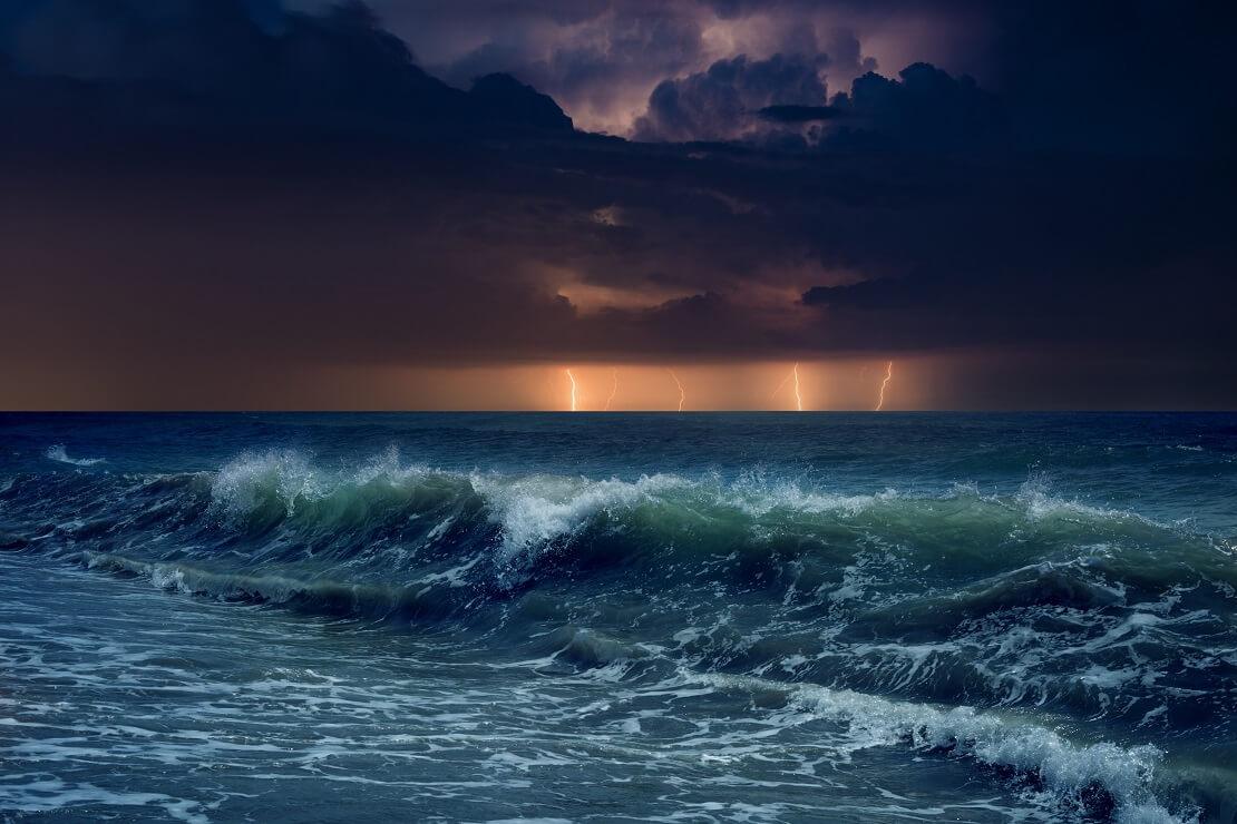 Stürmisches Meer im Hintergrund Blitz es