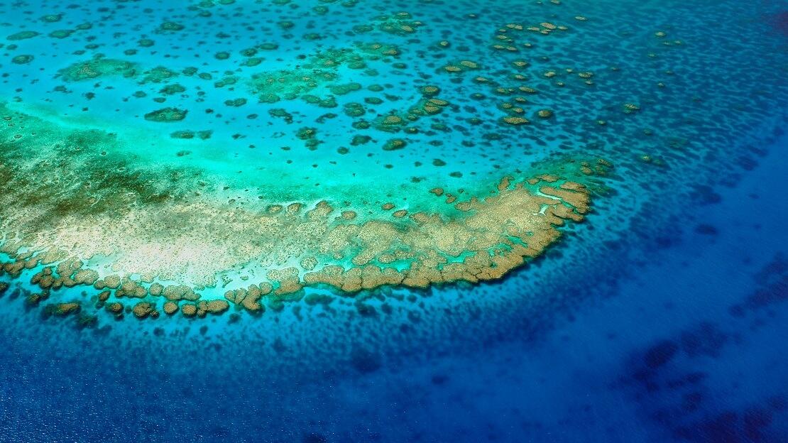 Inseln des Great Barrier Reefs mit türkis blauen Wasser