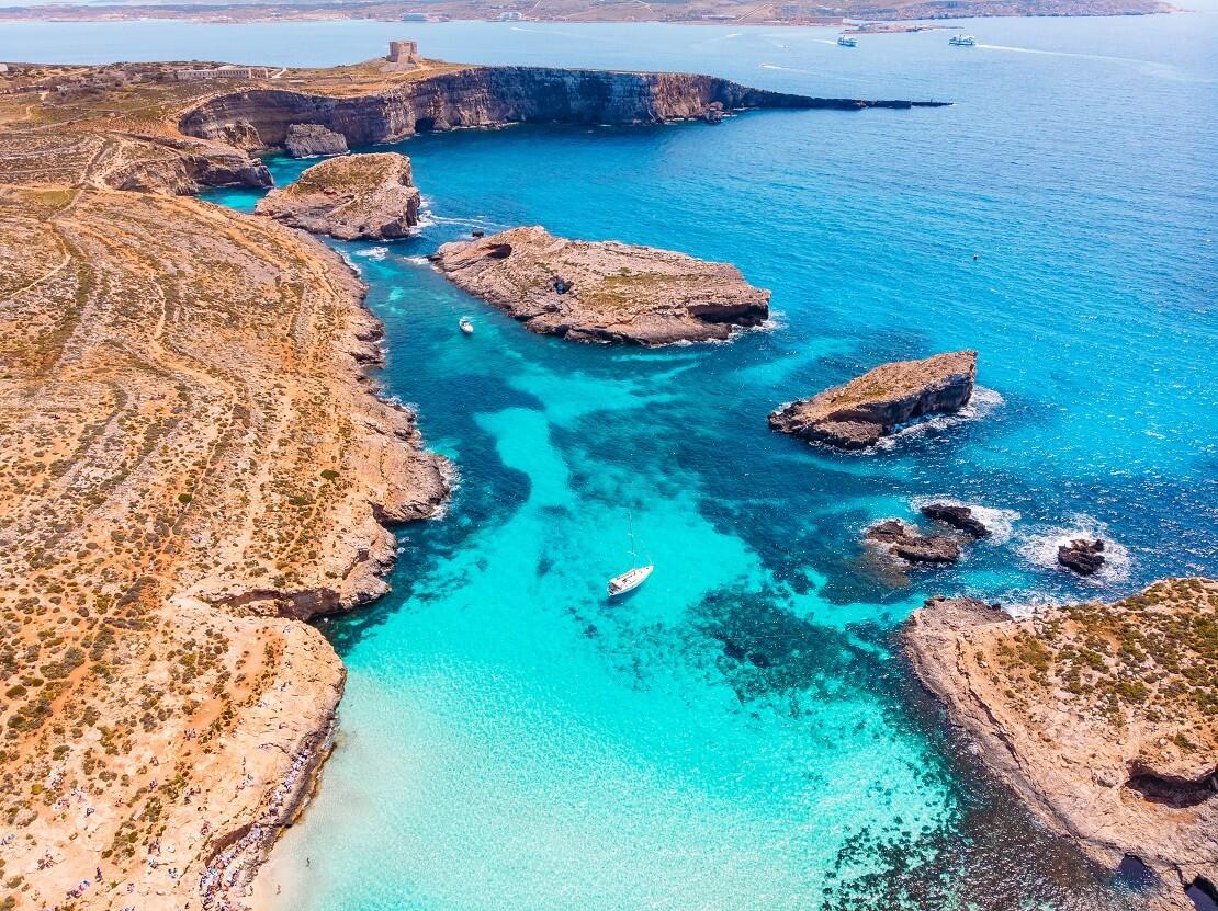 Die Blue Lagoon auf Malta helle Felsküste mit türkis blauem Wasser