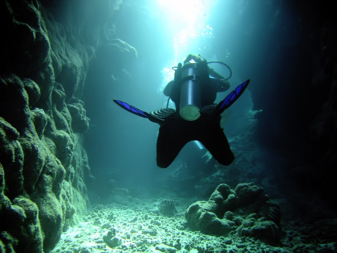 Taucher befindet sich am Meeresgrund