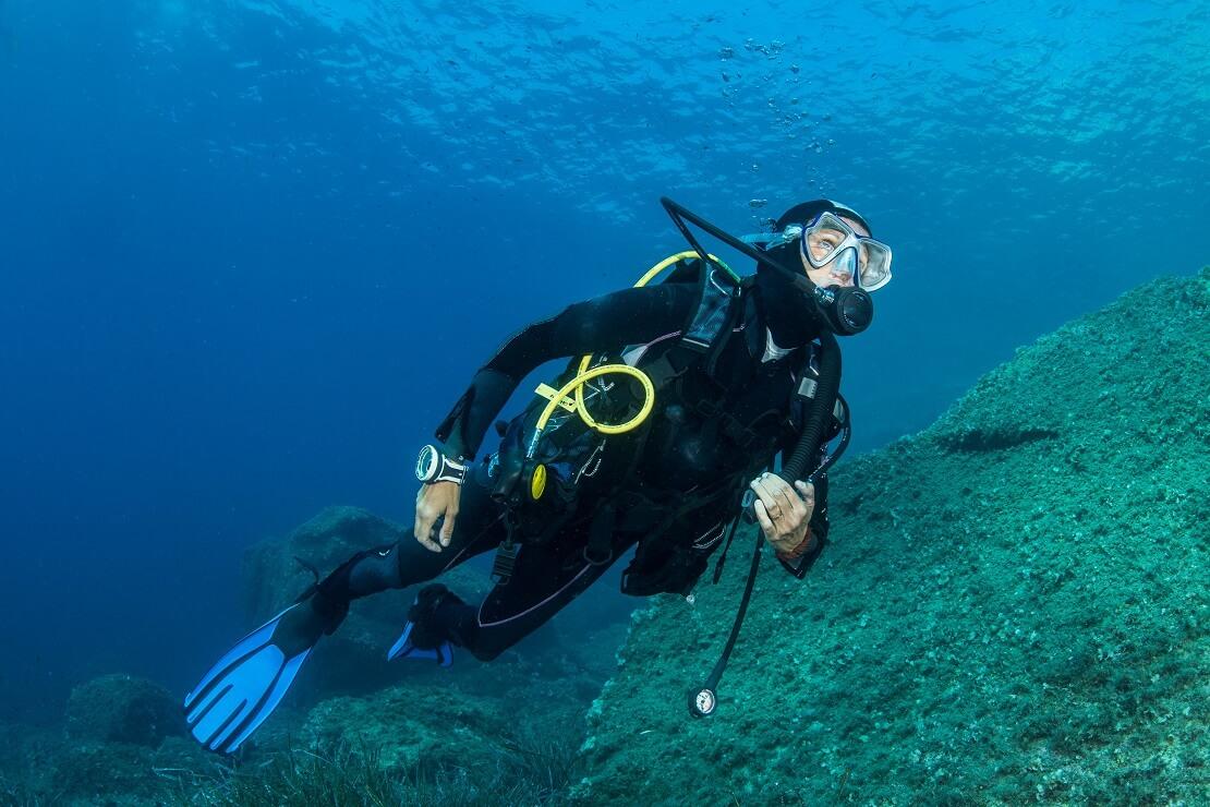 Ausgerüsteter Taucher unter Wasser