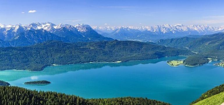 Umgeben von den Voralpen im bayerischen Walchensee
