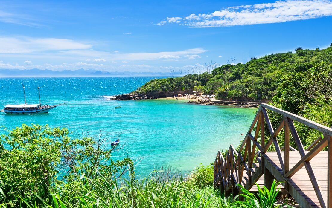 Küste mit türkisblauem Wasser und weißem Sandstrand