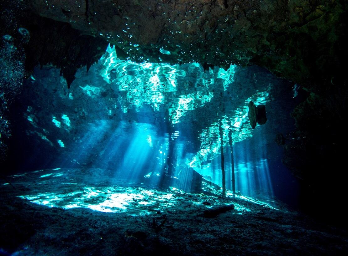 Eine Unterwasserhöhle in welche Licht einfällt