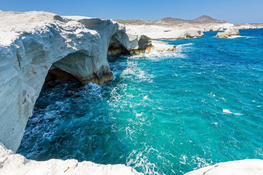 Türkisblaues Wasser in dem Felsformationen stehen