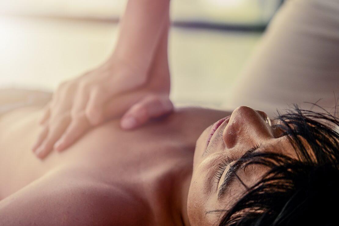 Junger man liegt auf dem Boden eine andere Person drückt auf den Brustkorb