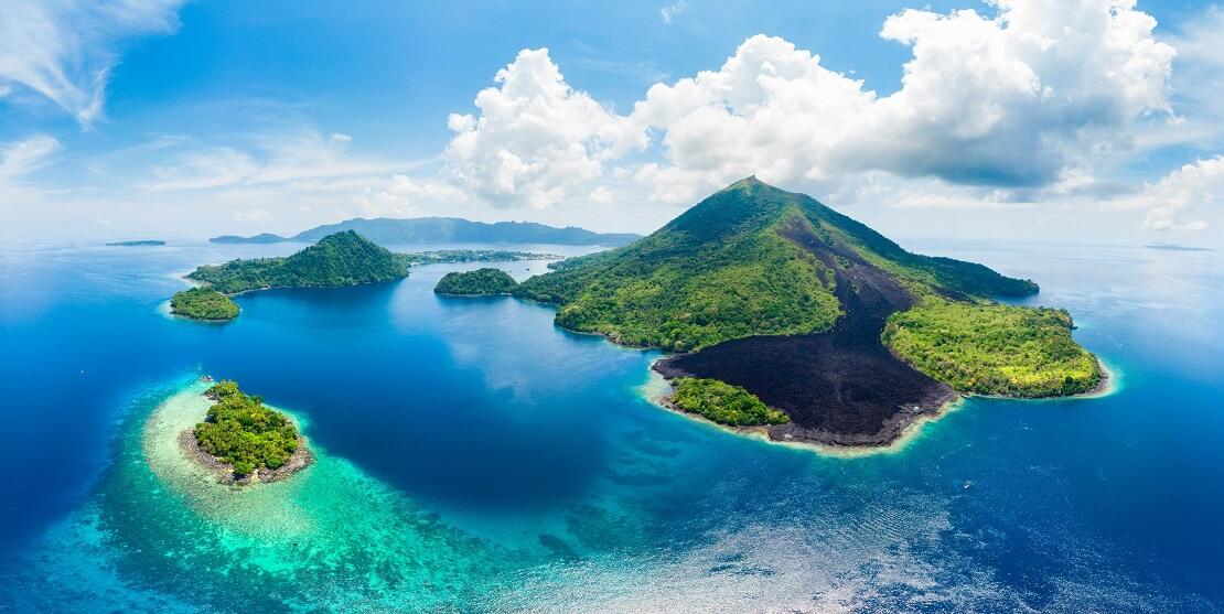 Kleine Inseln in türkisblauen Wasser