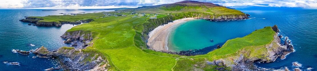 Die Küste von Irland bei Sonnenschein