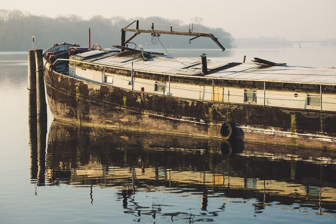 Alter Lastkahn auf einem See