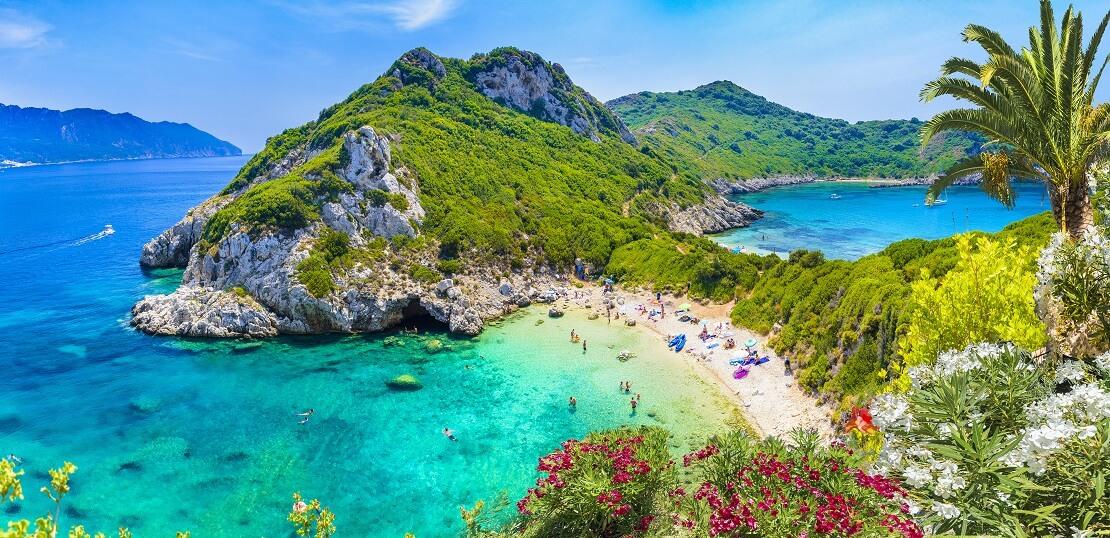 türkisblaues Wasser an einer Küste mit Bergen