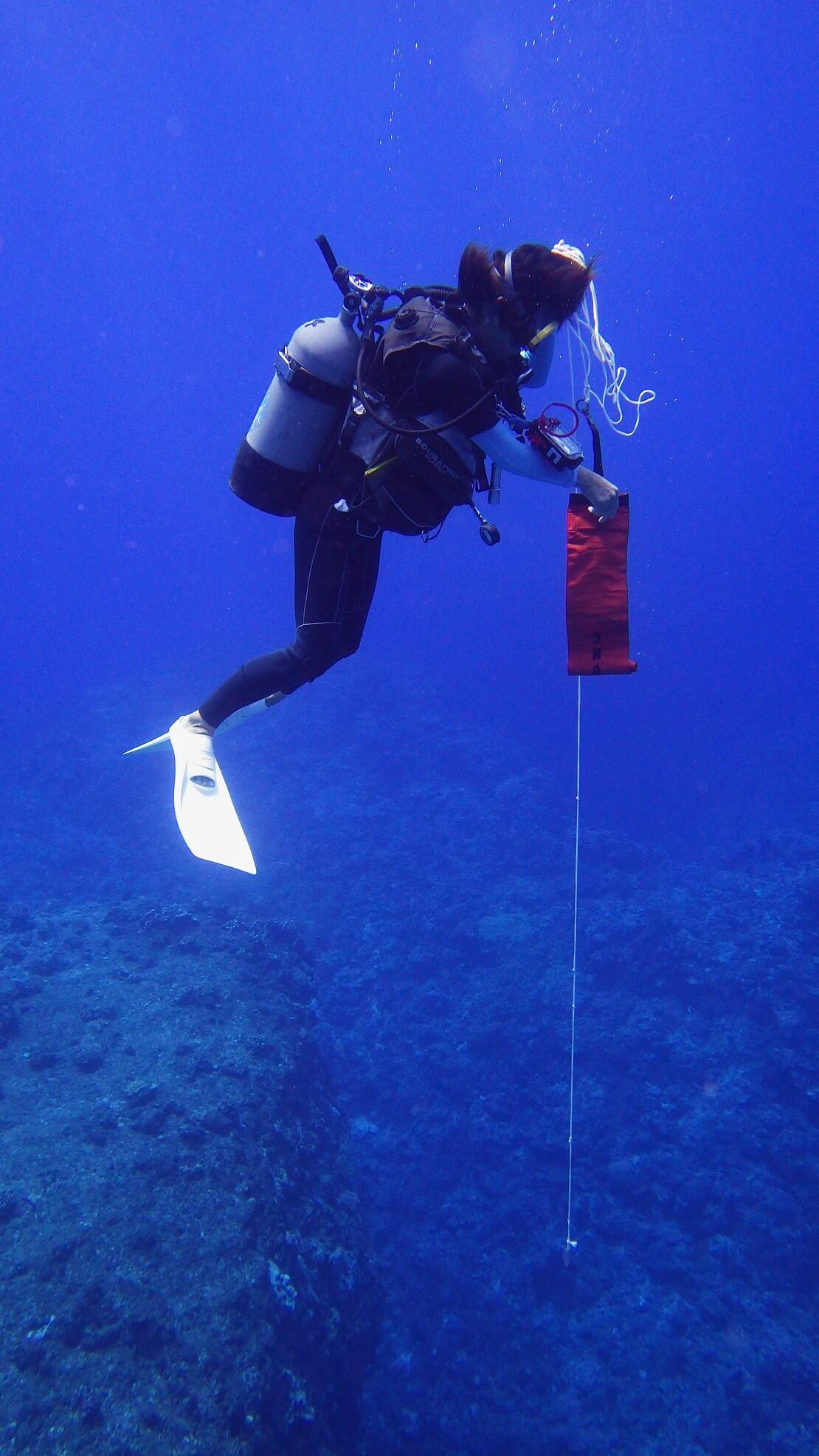 Taucher öffnet die Signalboje unter Wasser