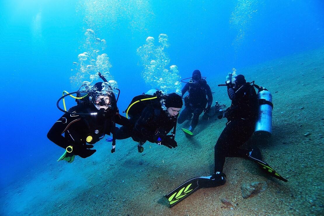 Taucher am Meeresgrund im klaren Wasser