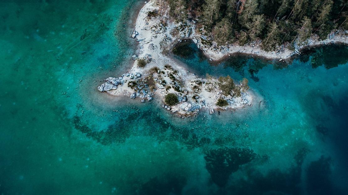 Klares türkisblaues Wasser mit felsiger Küste