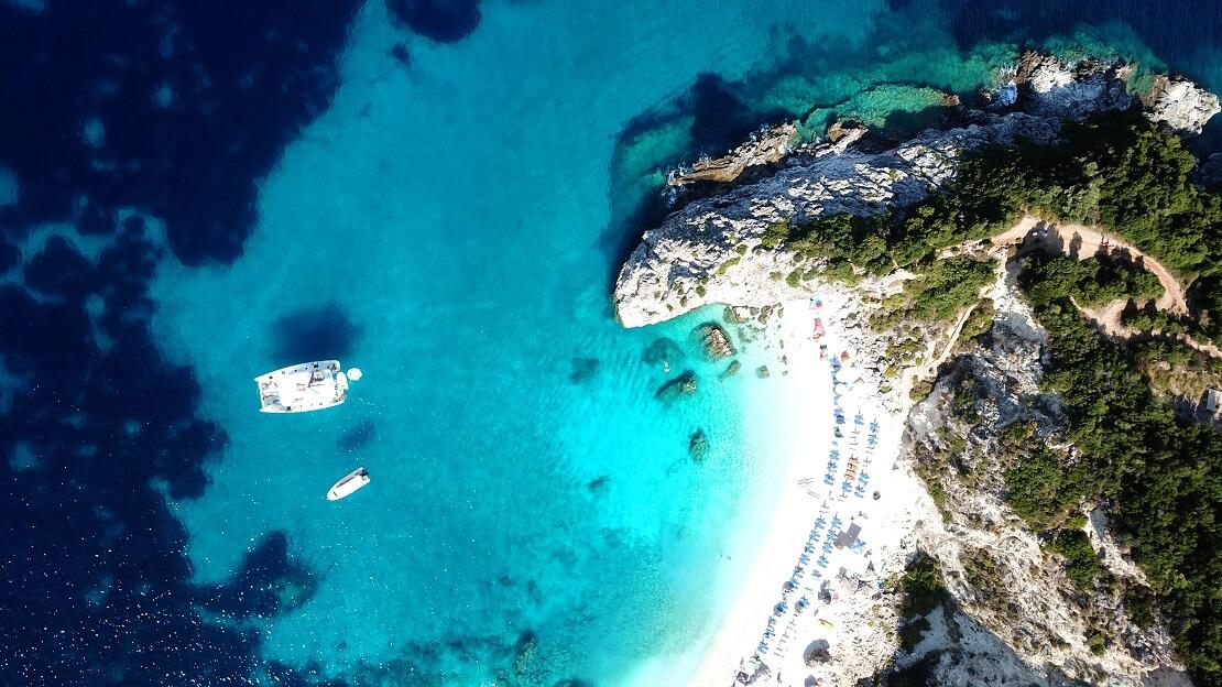 türkisblaues Meer an einer steinigen Küste