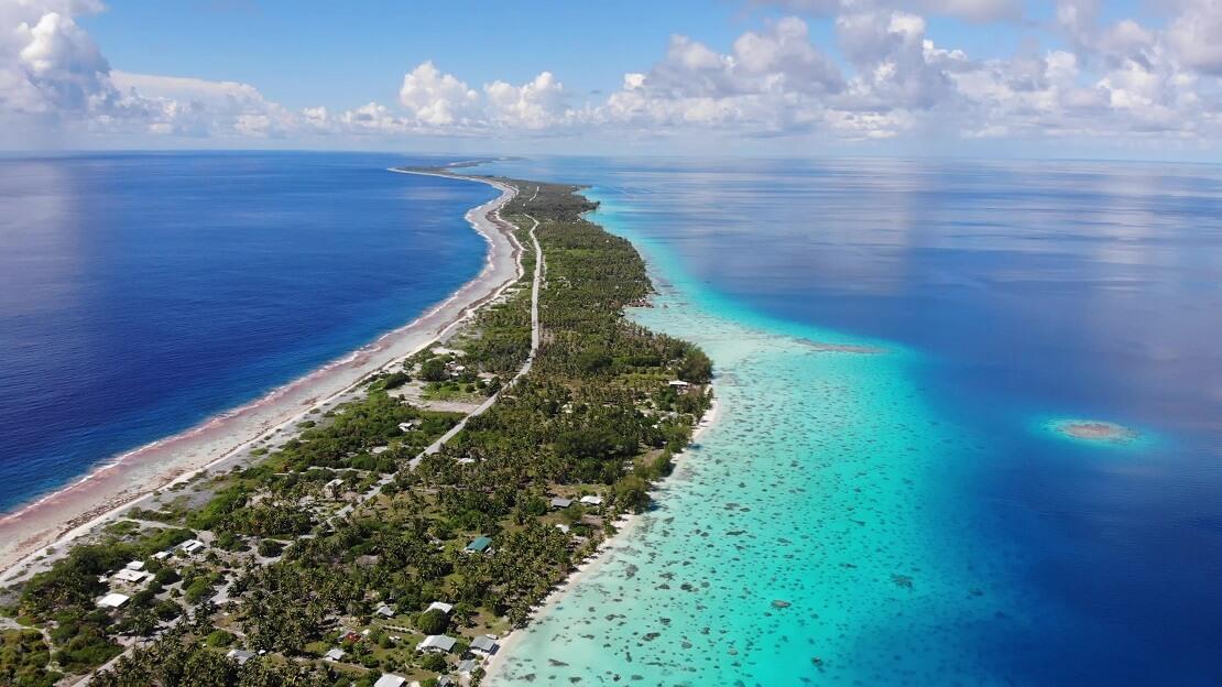 Schmale Insel mit türkisblauen Wasser