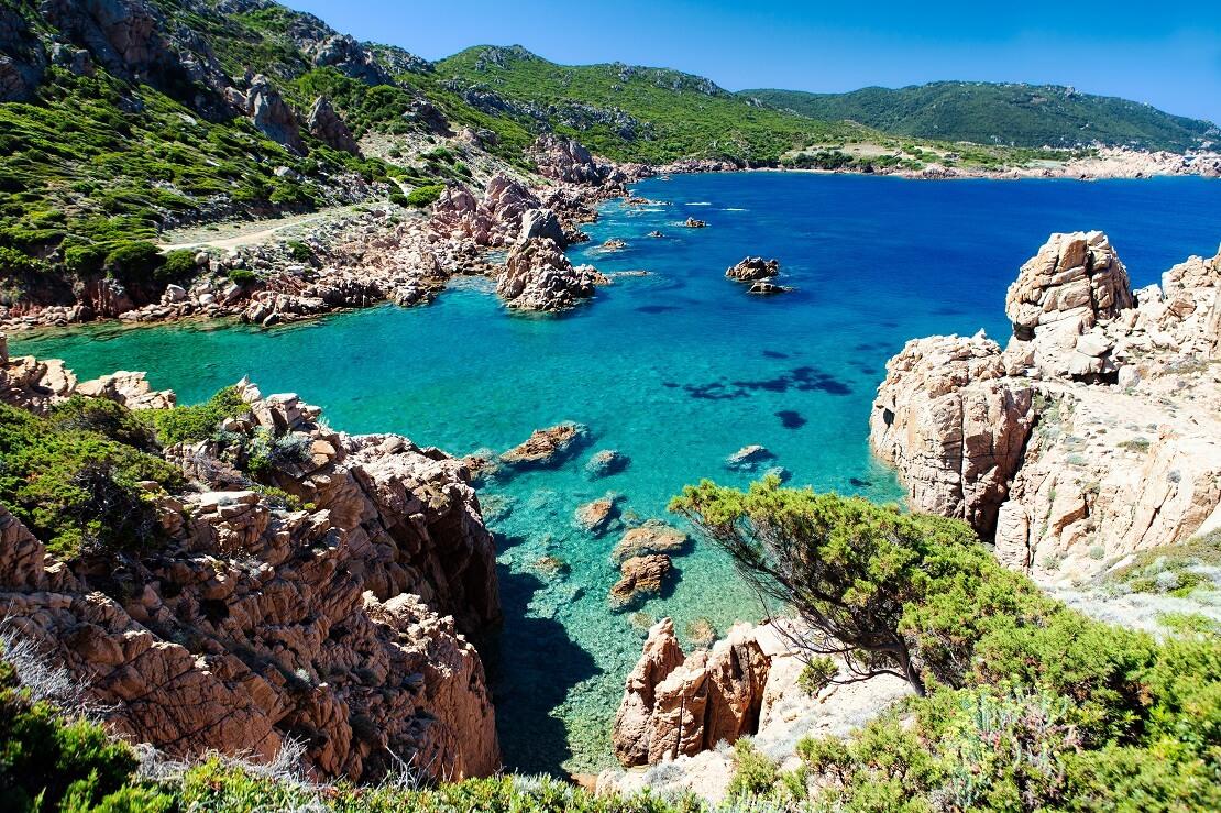 türkisblaues Wasser an der felsigen Küste von Mallorca