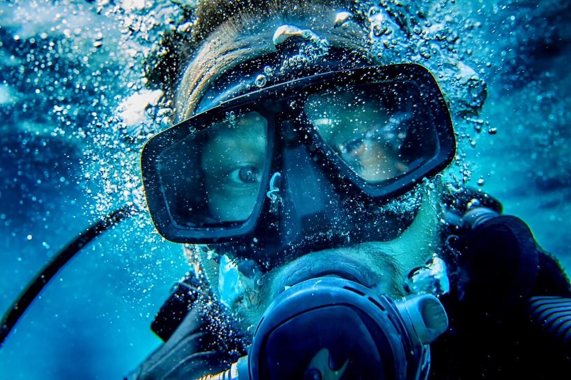 Taucher unter Wasser mit beschlagener Maske