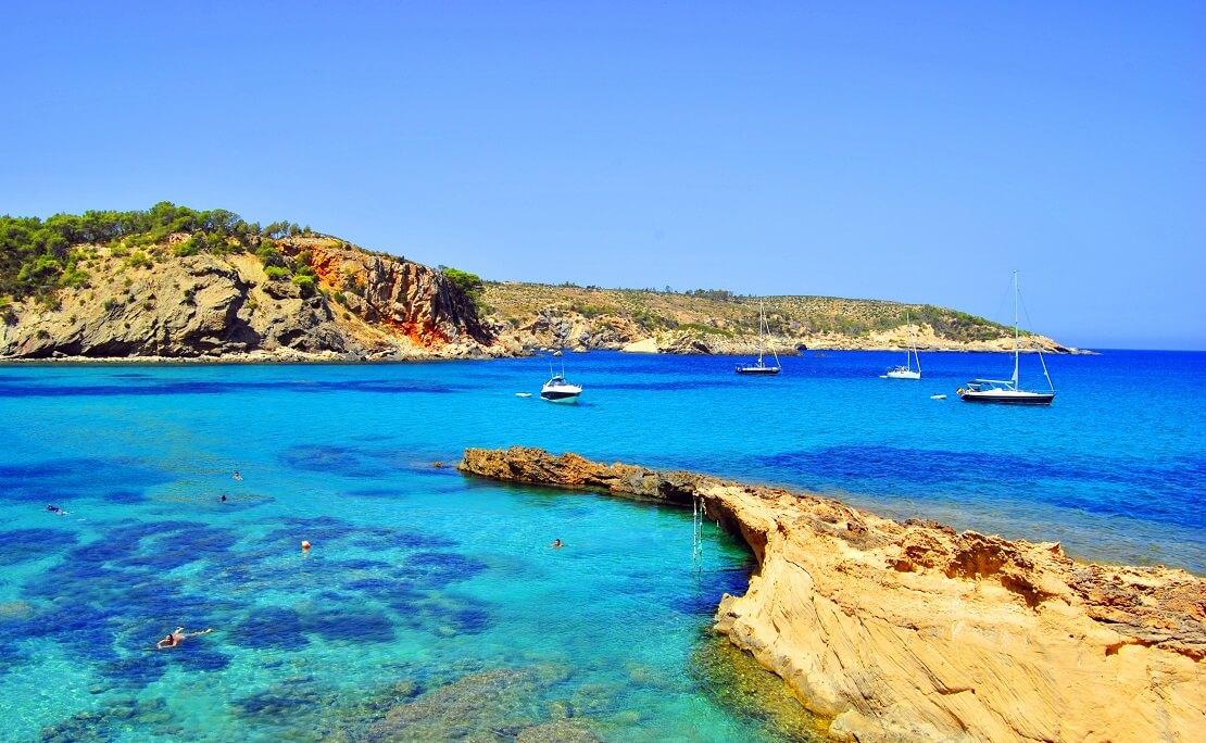 Felsige Küste von Spanien mit türkisblauen Wasser