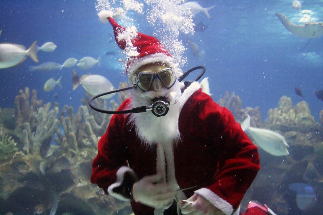 Taucher als Weihnachtsmann unter Wasser