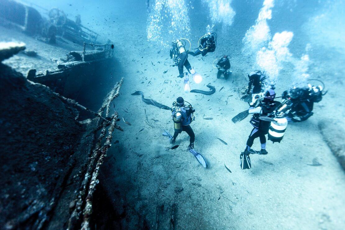Taucher am Meeresgrund vor einem Wrack in Kroatien