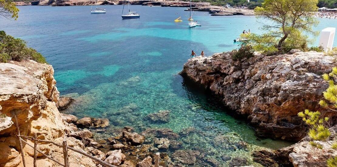In den glasklaren Gewässern vor Ibiza abtauchen