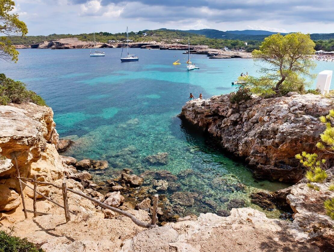 Felsen am türkisblauen Meer in Ibiza