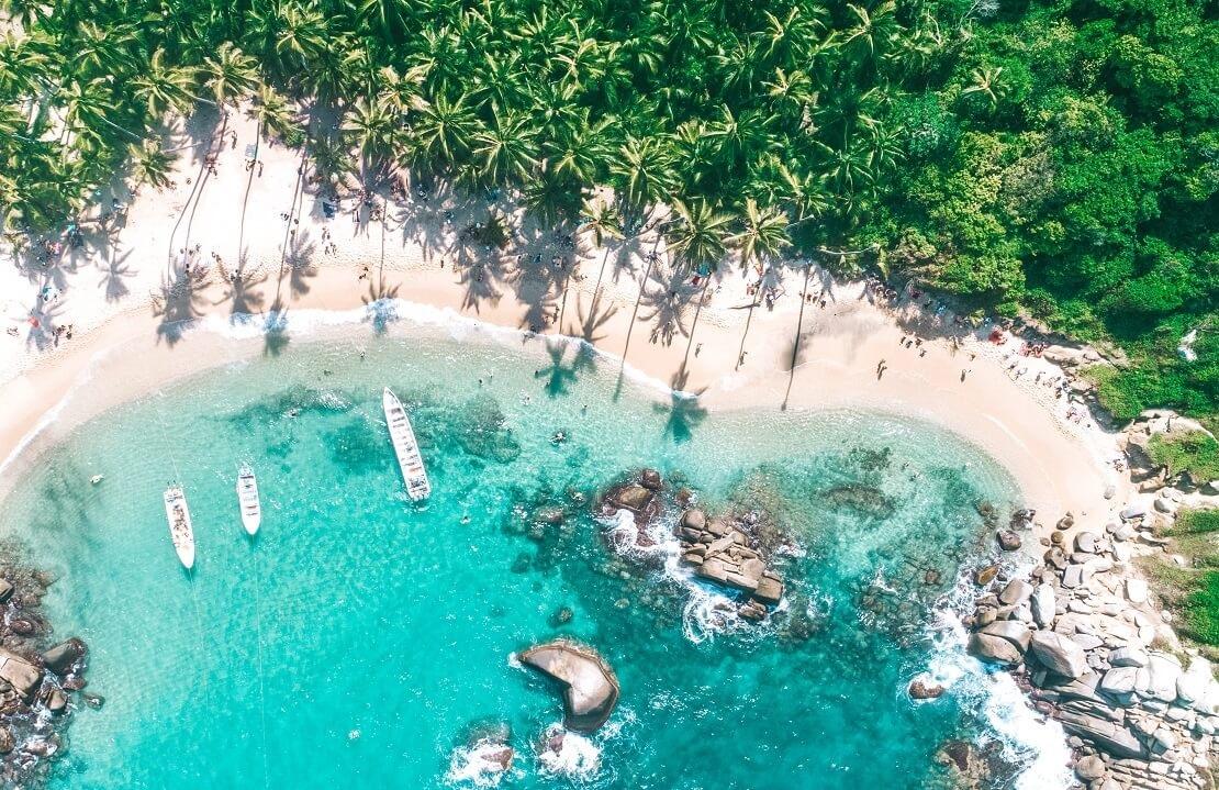 Küste von Kolumbien mit türkisblauen Wasser und weißem Sandstrand