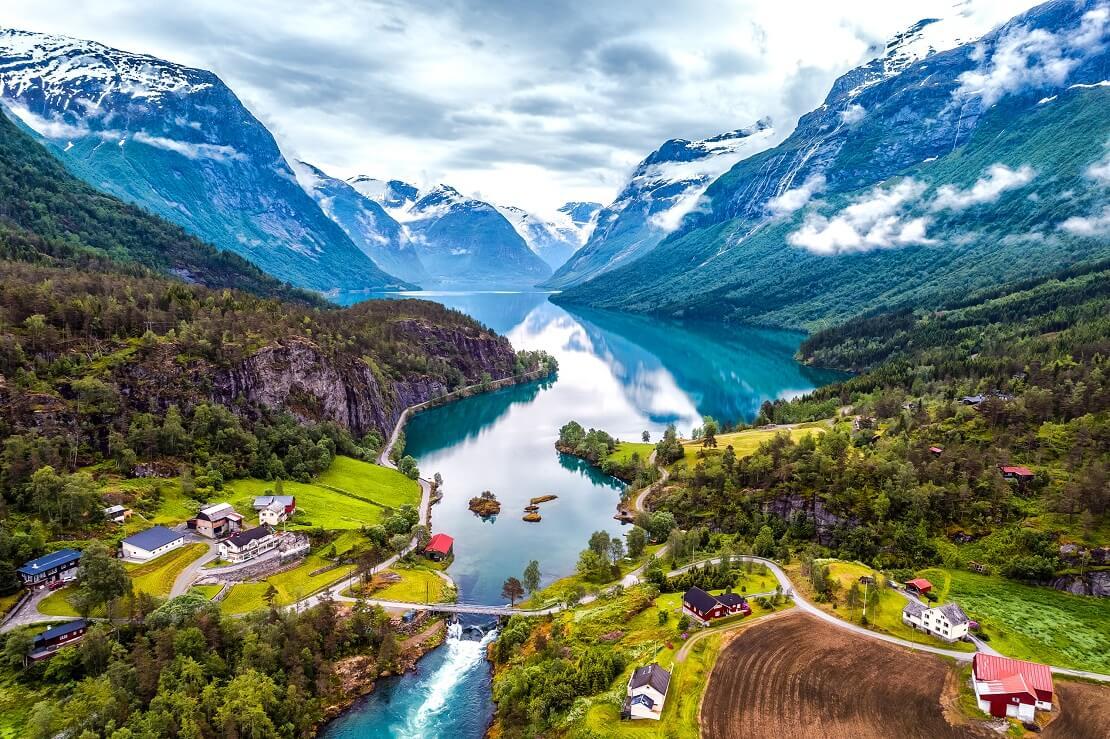 Fjörd in Norwegen mit Bergen und Häusern