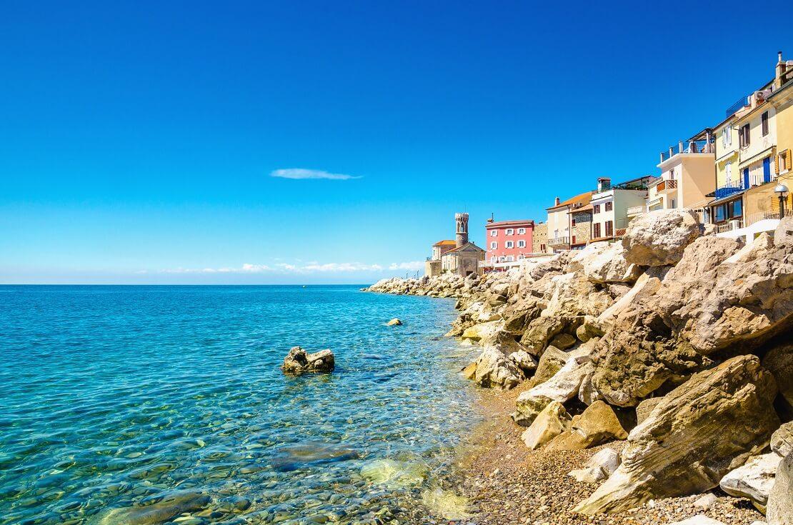 Küste von Slowenien bei Sonnenschein mit türkisblauem Wasser