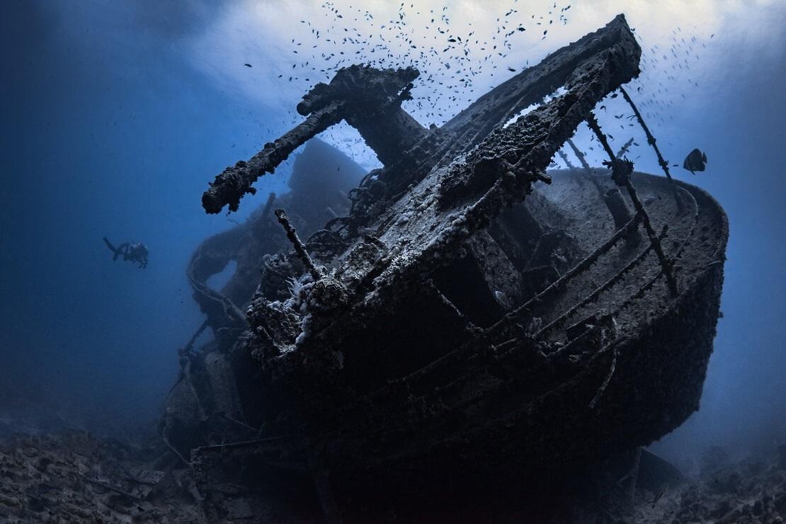 Wrack der SS Thistlegorm mit Tauchern im Hintergrund