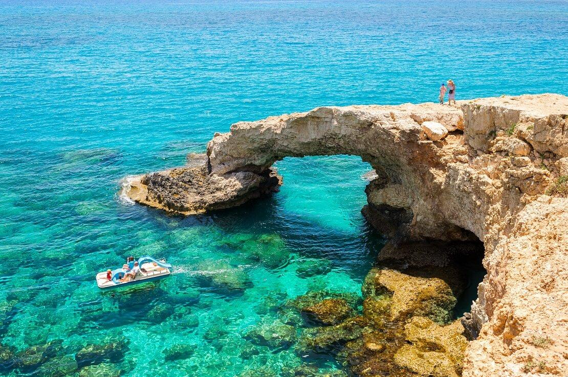 Türkisblaues Wasser mit Felsen und einer Kleinen Höhle bei Zypern