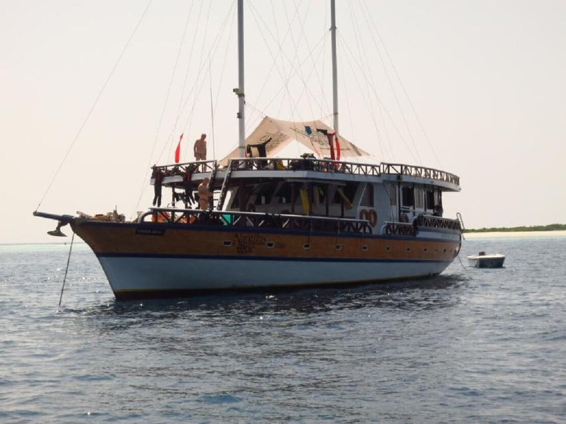 Nautilus One Yacht mit Passagieren auf dem Wasser