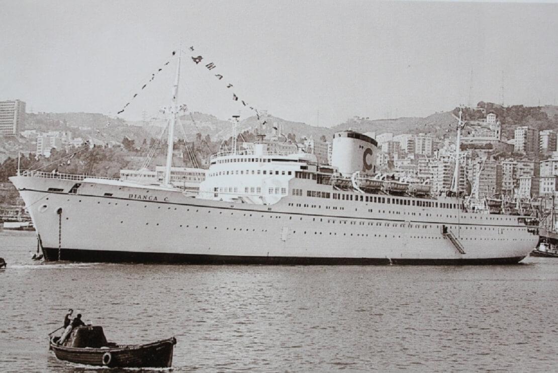 Die Bianca C. vor einem Hafen in schwarz-weiß
