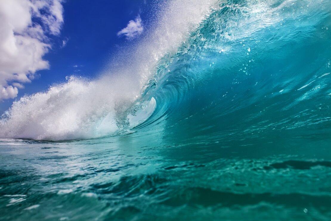 Riesige, türkisblaue Wellen