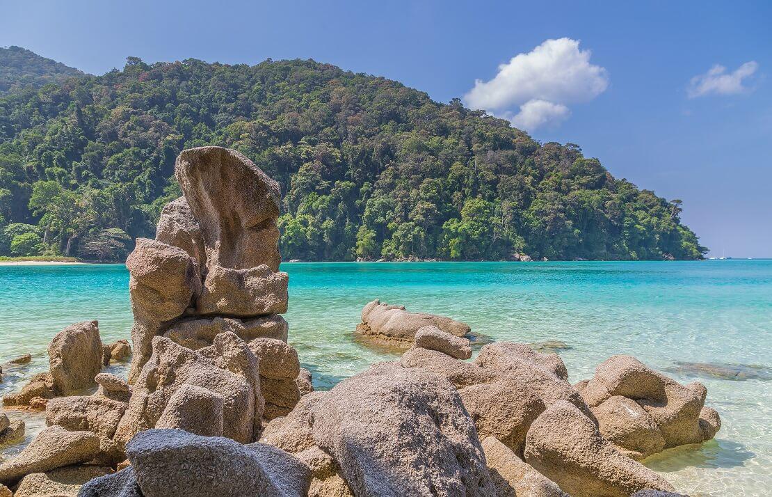 Der Strand von Ko Surin mit dem Regenwald