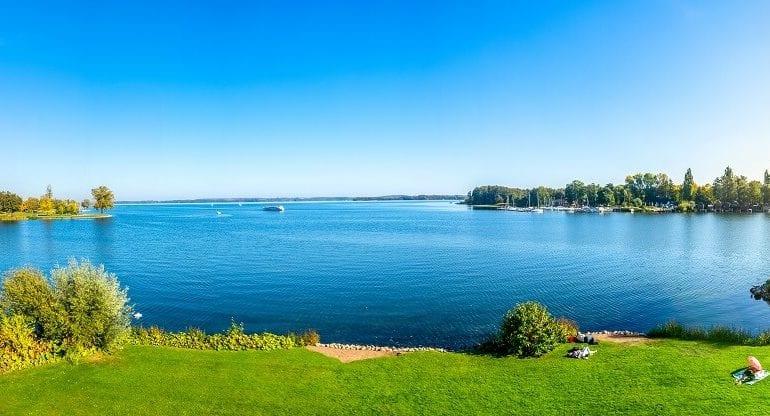 Schweriner See: Wracks, Telefonzellen und ein Plastik-Hai