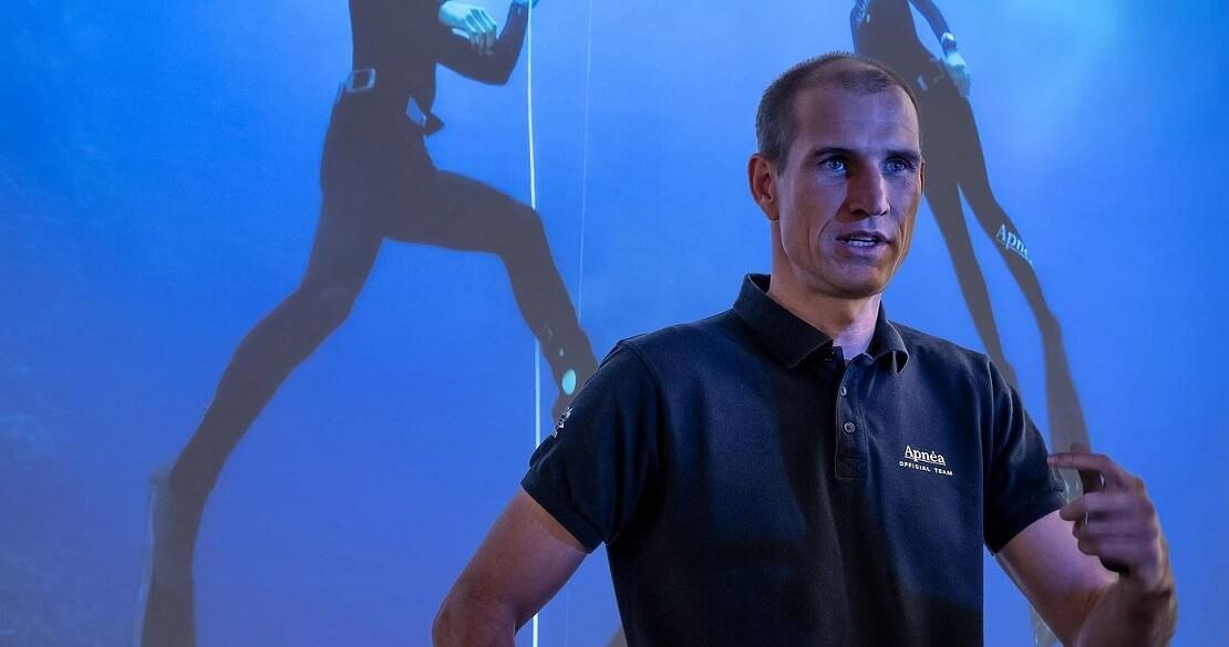 Tom Sietas hält einen Vortrag vor einem blauen Hintergrund