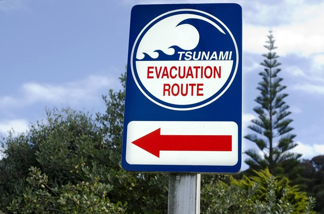 Schild von einem Tsunami