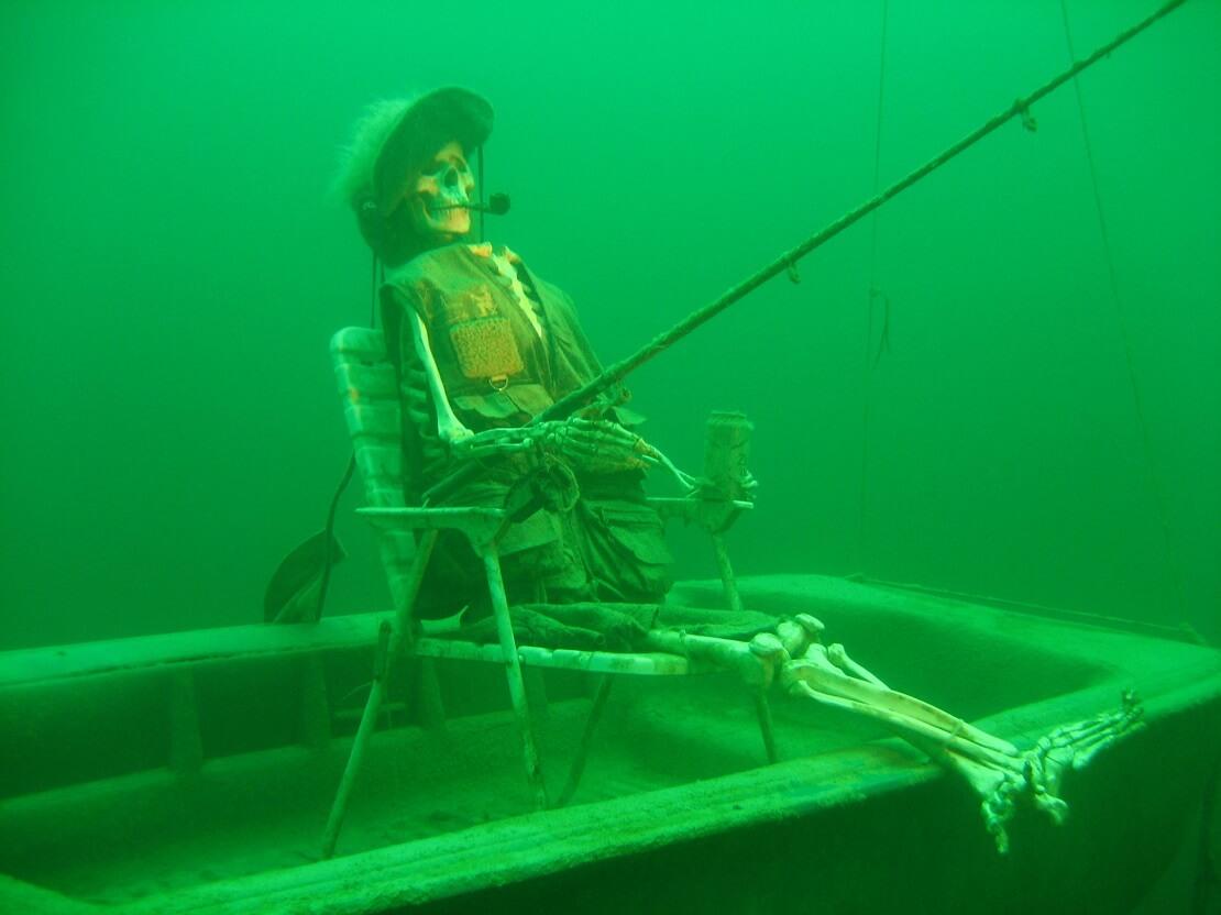 Ein Unterwasser-Angler mit Pfeife