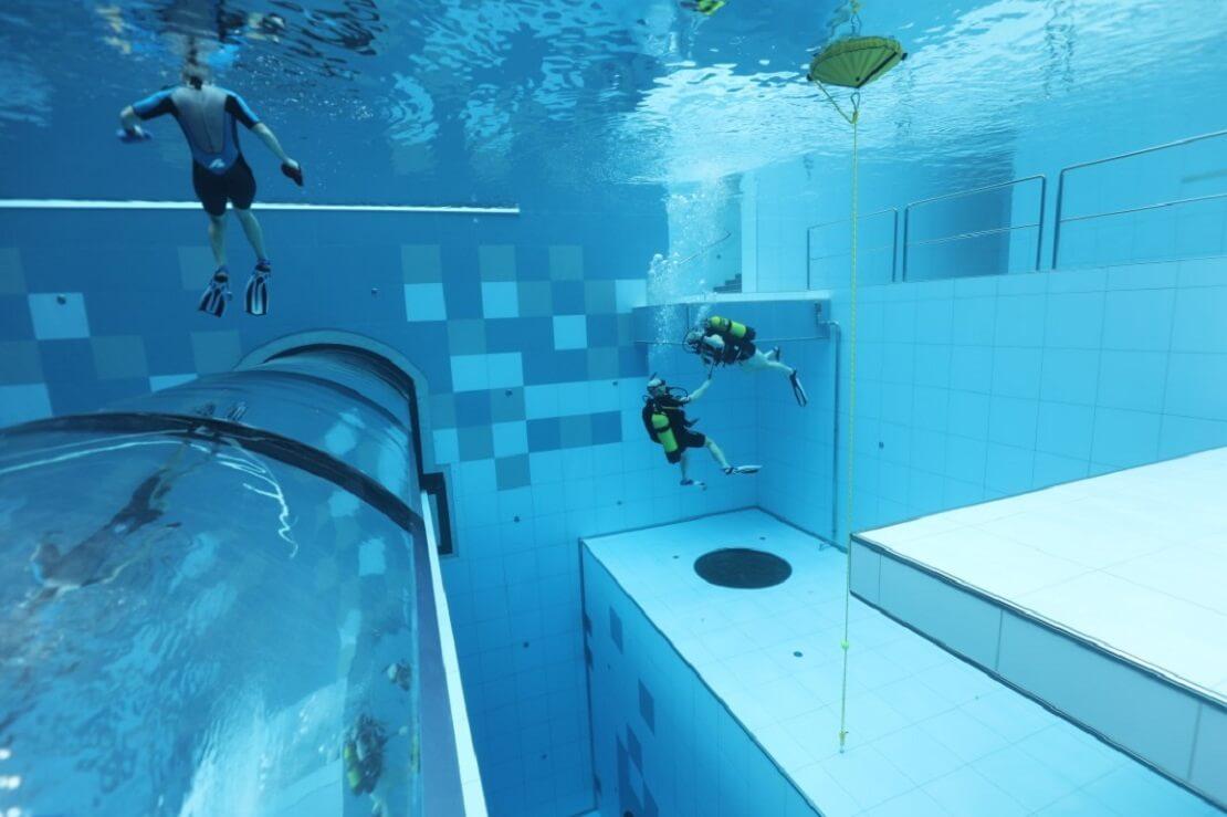 Taucher während eines Trainings im Indoor-Pool