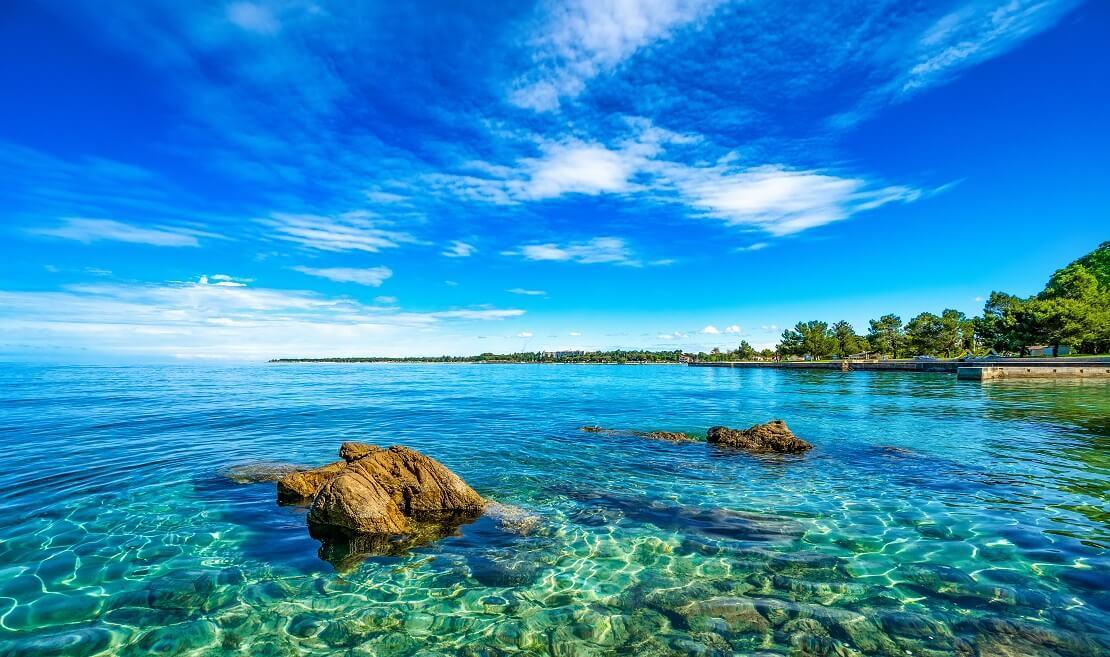 Die Halbinsel Istrien mit strahlend blauem Himmel