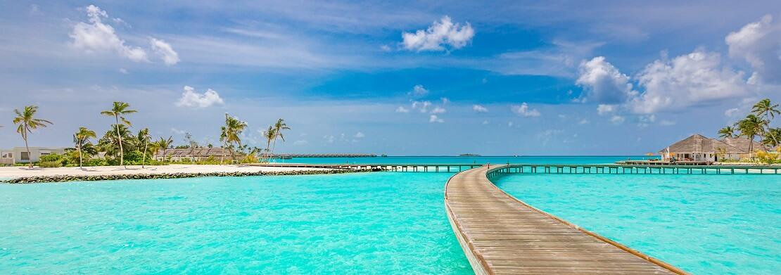 Ein Steg vom Strand aus auf den Malediven