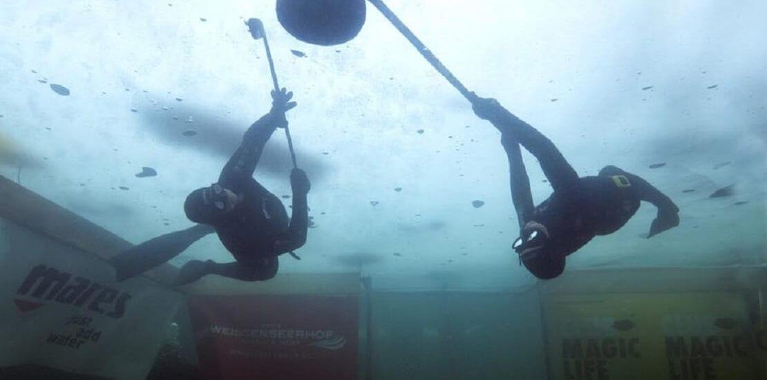 Unterwasser-Eishockey: Bodychecks in Neoprenanzügen