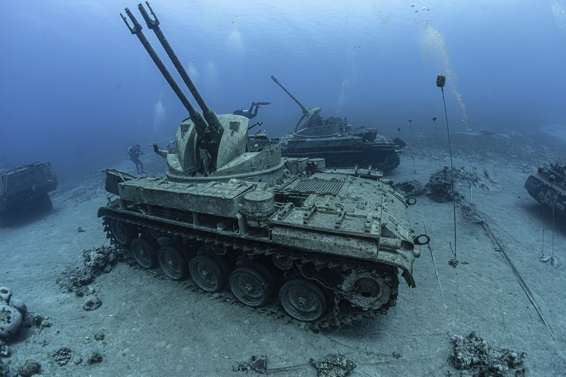 Taucher erkunden mehrere Panzerwracks auf dem Grund des Roten Meeres