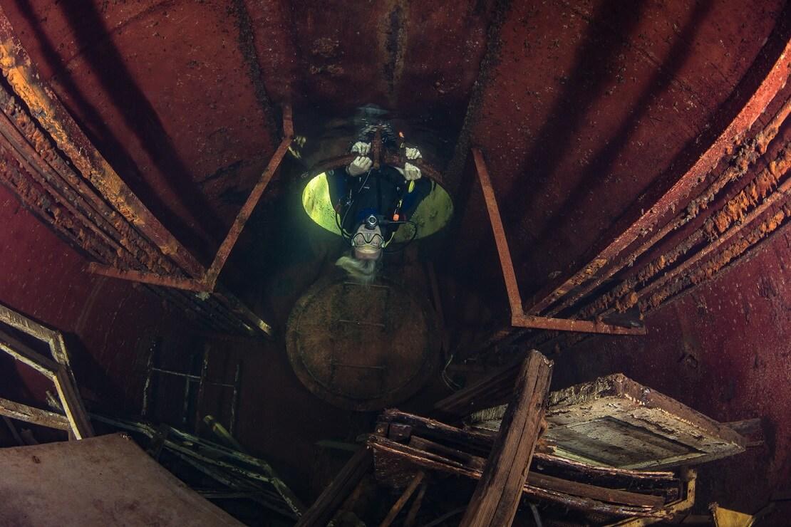Ein Gefängnis unter Wasser im See Rummu