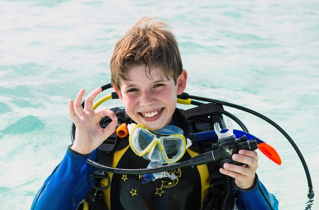 Junger Taucher während eines Open Water Diver Tauchscheins