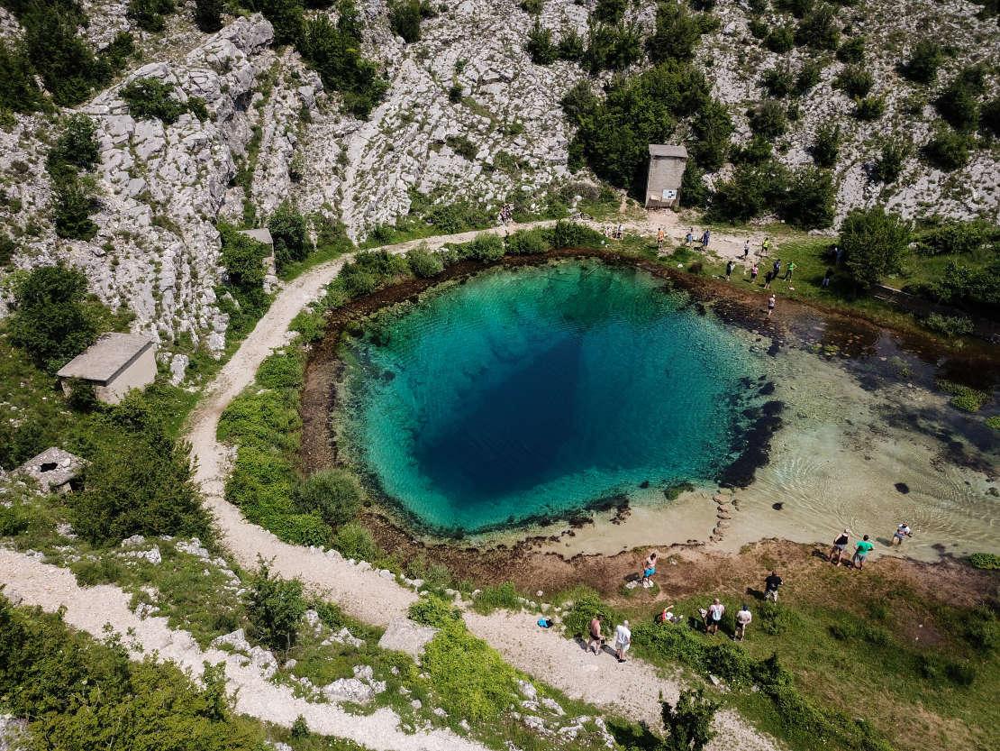 Das Blue eye in Kroatien umgeben von Felsen