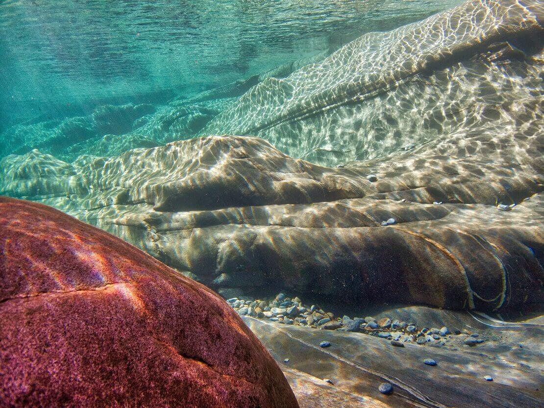 Der glattgeschliffene Grund des Flusses Verzasca